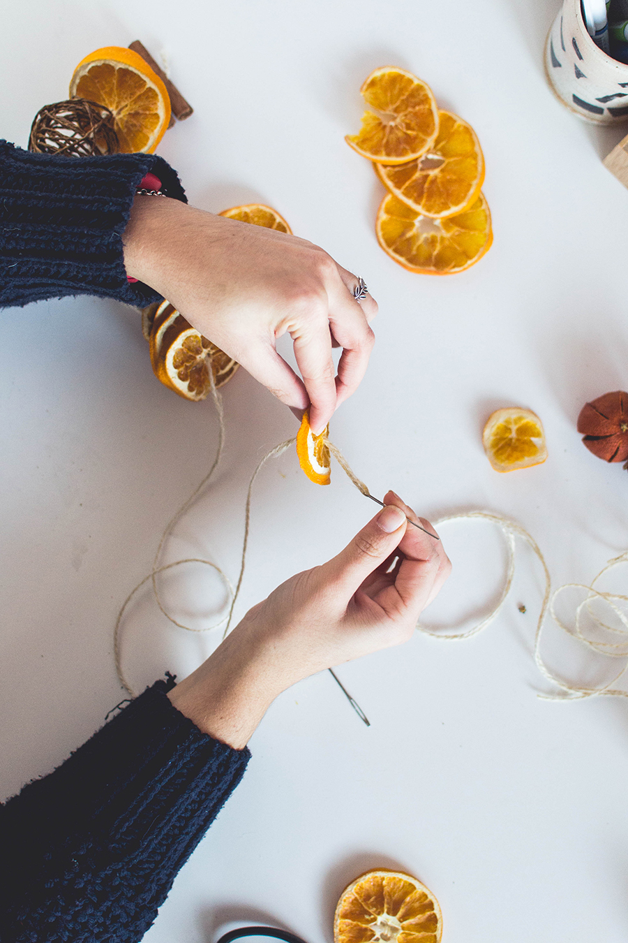 Asseble your DIY Winter Scented Garland with a thick thread and needle