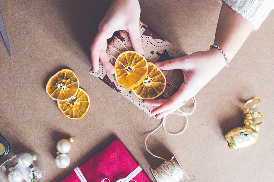 3 DIY Wrapping Ideas: Decorate your wrapping with dried orange